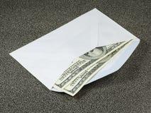 Dos dólares de los centenares en el sobre blanco Imágenes de archivo libres de regalías