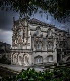Dos d'extérieur de palais de Bussaco avec les nuages dramatiques et l'encadrement d'arbre image stock