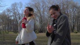 Dos danzas elegantes de las muchachas a la música en parque metrajes