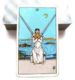 2 dos de decisiones mentales de la carta de tarot de las espadas agotadoras/de decisiones dolorosas cruzan propósitos fotos de archivo