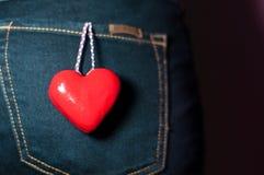 Dos de femme avec le coeur rouge dans le concept d'amour de poche Photographie stock