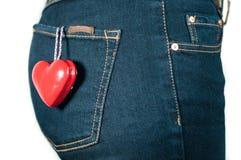 Dos de femme avec le coeur rouge dans le concept d'amour de poche Images stock