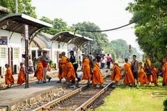 Dos de groupe de novice de l'excursion sur le terrain voyageant par chemin de fer photographie stock