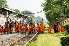 Dos de groupe de novice de l'excursion sur le terrain voyageant par chemin de fer image stock