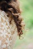 Dos de jeune mariée de cheveux sur le fond de nature Photo libre de droits