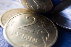 Dos de la rublo en la reflexión curvada fotos de archivo