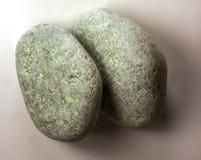 Dos de piedra de la jadeíta aislada en el fondo blanco Fotos de archivo