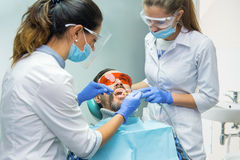 Dos dentistas en el trabajo de sexo femenino Fotografía de archivo