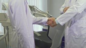 Dos dentistas se encuentran en la oficina imagen de archivo