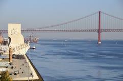 Dos Descobrimentos & 25 DE Abril Bridge van Padrao Stock Afbeelding