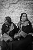 Dos devotos del palacio Potala Lhasa Tibet que llevan a cabo las manos Imagen de archivo libre de regalías