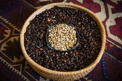 Dos diferentes tipos de granos de café en un cuenco Fotografía de archivo libre de regalías