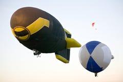 Dos dirigibles que vuelan imágenes de archivo libres de regalías