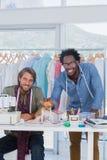 Dos diseñadores de moda con la chihuahua Foto de archivo
