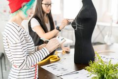 Dos diseñadores de moda creativos que trabajan en taller del taller foto de archivo