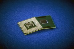 Dos diversas CPU que muestran diversos tipos de conexiones en azul Foto de archivo