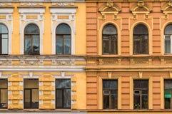 Dos diversos edificios adyacentes firmemente el uno al otro Fotos de archivo libres de regalías
