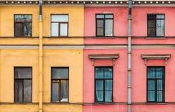 Dos diversos edificios adyacentes firmemente el uno al otro Imagenes de archivo