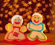 Dos divertidos, galletas coloridas de la Navidad Fotografía de archivo libre de regalías