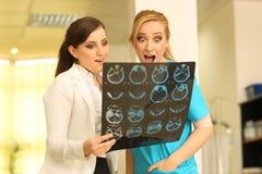 Dos doctores de sexo femenino hermosos divertidos chocados Fotos de archivo