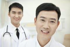 Dos doctores en el hospital, retrato Fotografía de archivo