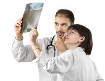 Dos doctores que miran una radiografía Foto de archivo libre de regalías