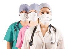 Dos doctores y enfermera imagenes de archivo