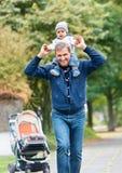 Dos donnant première génération de tour de petit-fils dessus Photographie stock libre de droits