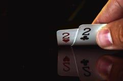 Dos dos son las tarjetas más bajas de la mano del ` s del jugador imágenes de archivo libres de regalías