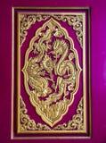 Dos dragones chinos están luchando en el panel de la puerta Foto de archivo