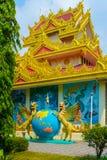 Dos dragones cons alas apoyan el mundo en el templo del dhammikarama imagen de archivo libre de regalías