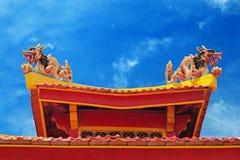 Dos dragones en el tejado de un templo budista Fotografía de archivo