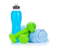 Dos dumbells, toallas y botellas de agua verdes Foto de archivo libre de regalías