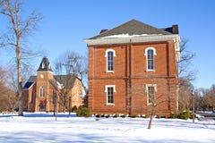 Dos edificios en un campus de la universidad en invierno Imagen de archivo libre de regalías