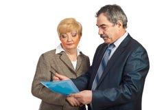 Dos ejecutivos envejecidos medios que leen el contrato Fotografía de archivo libre de regalías