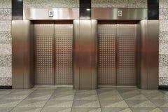 Dos elevadores con las puertas del metal Imágenes de archivo libres de regalías