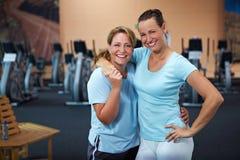 Dos empleados de sexo femenino en gimnasia Foto de archivo libre de regalías