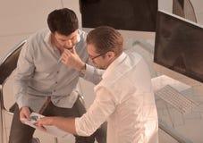 dos empleados que discuten datos financieros imágenes de archivo libres de regalías
