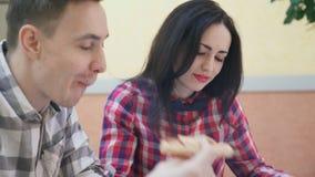 Dos empleados sientan y discuten proyecto común dentro de la oficina metrajes