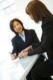 Dos empresarias en el escritorio Fotografía de archivo libre de regalías