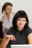 Dos empresarias jovenes en la oficina Foto de archivo libre de regalías