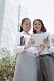 Dos empresarias jovenes que discuten al aire libre Imagen de archivo
