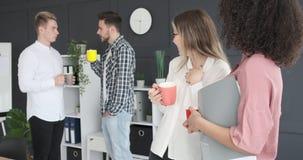 Dos empresarias que cotillean sobre colegas en la oficina metrajes