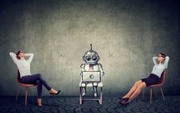 Dos empresarias que se relajan disfrutando de ayuda de la inteligencia artificial en la gestión de la compañía imágenes de archivo libres de regalías