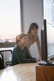 Dos empresarias que trabajan junto en la oficina Imagen de archivo libre de regalías