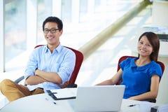 Dos empresarios asiáticos jovenes en oficina Foto de archivo
