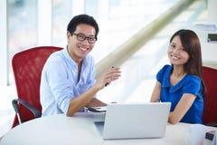 Dos empresarios asiáticos jovenes en oficina Fotos de archivo