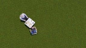 Dos empresarios en el almuerzo en la opinión superior de la hierba ilustración del vector