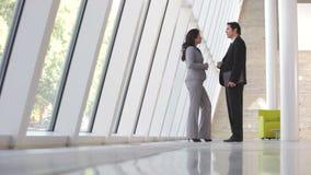 Dos empresarios en la reunión informal en oficina metrajes