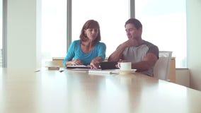 Dos empresarios ocasional vestidos que trabajan en oficina almacen de video